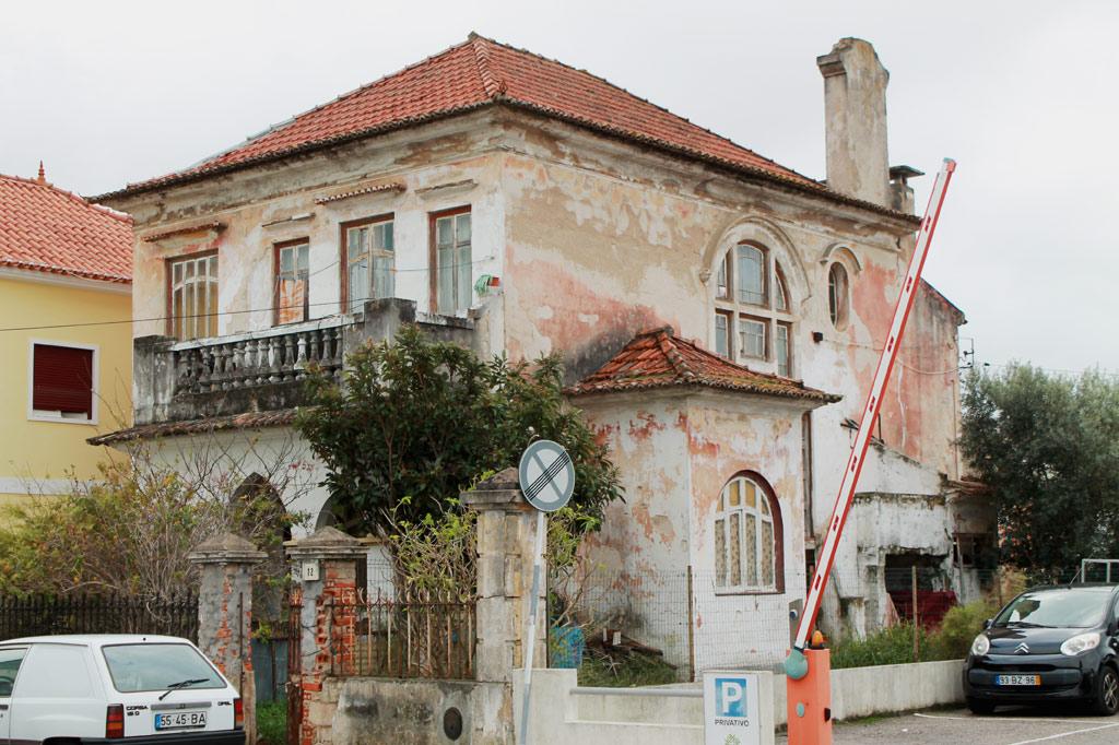 Tagesausflug Entroncamento: Eine verfallene Jugendstilvilla in der Nähe von Bahnhof und Eisenbahnmuseum verrät den einstigen Wohlstand der Eisenbahnstadt Entroncamento.