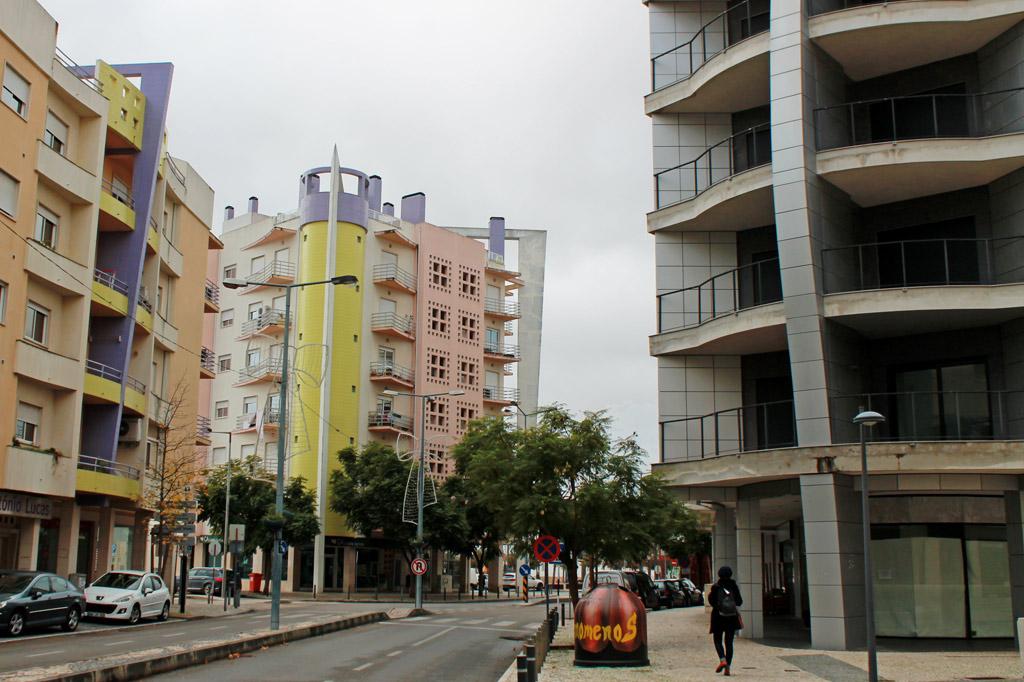 Einen Katzensprung vom Eisenbahnmuseum entfernt: Hochhausfassaden, deren asymmetrische Elemente und Farbspielereien die Tristesse im Stadtzentrum der Eisenbahnstadt Entroncamento in Portugal nur unzureichend übertünchen.