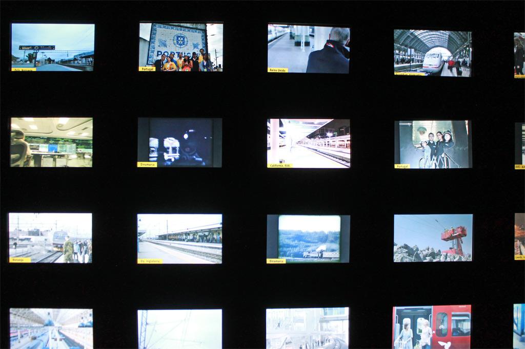 Tagesausflug ins Eisenbahnmuseum der Eisenbahnstadt Entroncamento in Portugal: Auf kleinen Bildschirmen, übereinander und nebeneinander angeordnet, zeigt das scheinbar zufällig angeordnete Videoclips mit alltäglichen Bahnepisoden aus aller Welt.