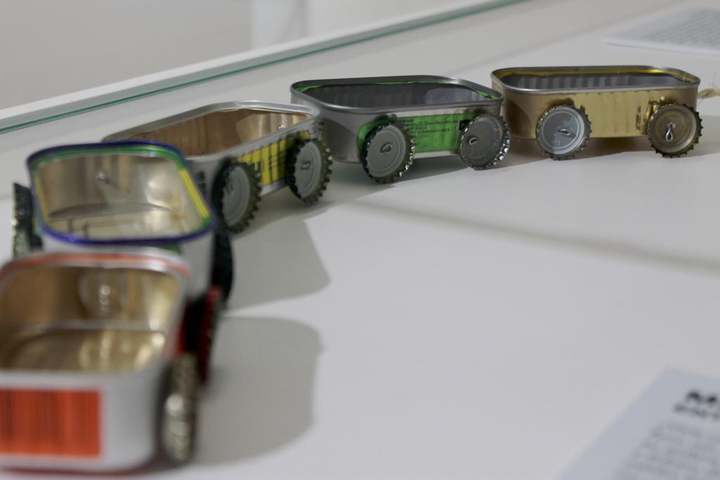 Eine selbst gefertigte Bimmelbahn aus leeren Sardinenbüchsen und Kronkorken: Ausstellungsstück aus der Spielzeugsammlung im Eisenbahnmuseum von Entroncamento in Portugal