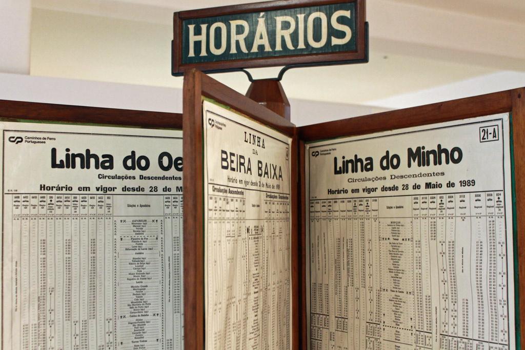 Ein historischer Holzständer mit Fahrplänen auf Klapptafeln ist eines von vielen Ausstellungsstücken, mit denen das Eisenbahnmuseum von Entroncamento das Bahnfahren von einst veranschaulicht.