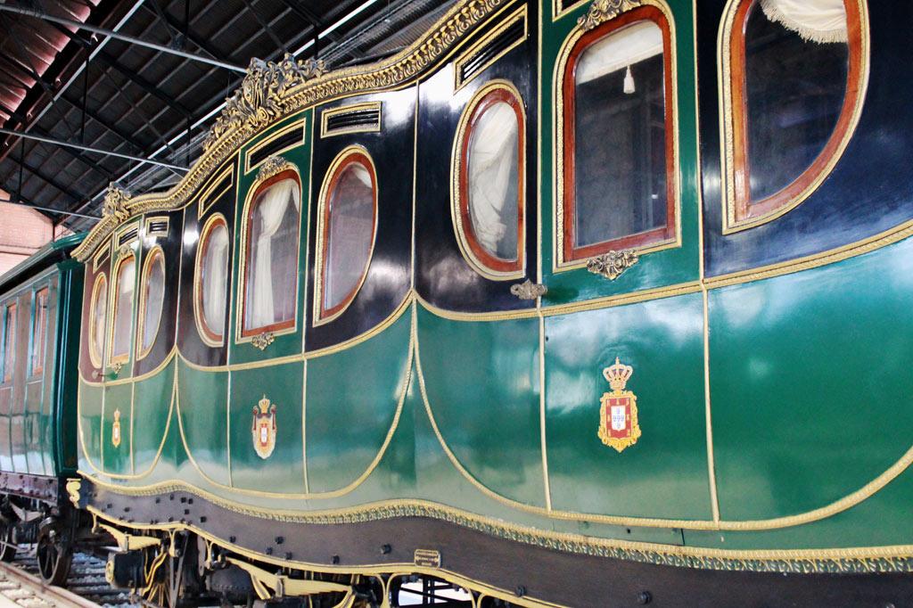 Dieser grün-gold lackierte Salonwagen, der aussieht wie eine Kutsche auf Rädern, ist das Prunkstück im Eisenbahnmuseum von Entroncamento und ein Highlight auf unserem Tagesausflug aus Lissabon.