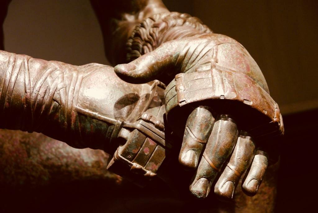 Zwei Hände einer Bronzeskulptur in Nahaufnahme