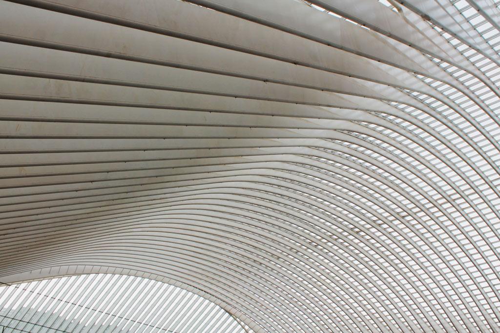 Geschwungene weiße Metallstreben, die wie die Rippen eines gewaltigen Wals aussehen, wölben sich zur Kuppel des neuen Fernbahnhofs der Stadt und machen ihn unter den Tipps zu Lüttich zur Nummer 1 und zum Highlight für jeden Stadtrundgang – noch vor der Altstadt.