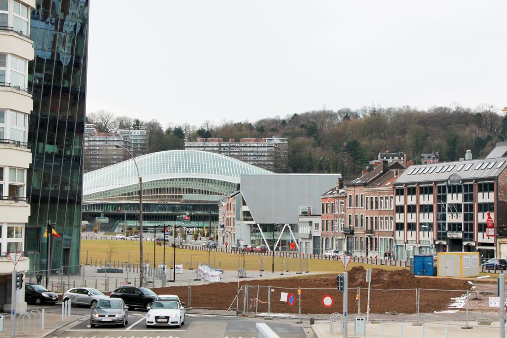 Blick von der Fußgängerbrücke La Belle Liègoise auf den ungeordneten Raum vor dem Bahnhof. Der Bahnhof ist ein guter Ausgangspunkt für einen Stadtrundgang durch Lüttich, aber der Vorplatz ist keines Tipps wert.