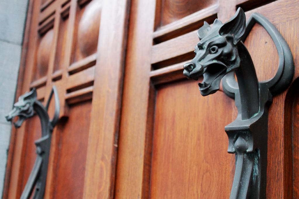 ALT: Lüttich-Tipps für Jugendstil-Liebhaber: Dieser Türgriff aus Metall in Form eines Drachenkopfes gehört zu einer Haustür, die auf einem Stadtrundgang durch das Guillemins-Viertel zwischen der Altstadt und dem neuen Fernbahnhof liegt.
