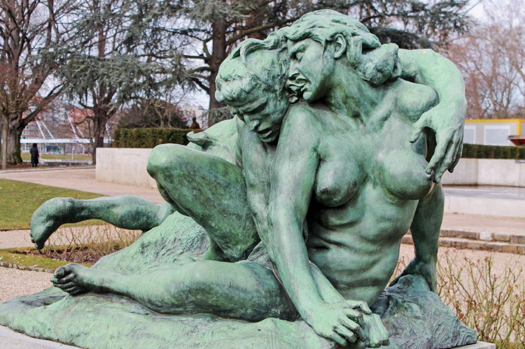 5 Tipps für Lüttich (Teil 2): Ein Faun bedrängt eine nackte Mänade, die ihm dafür ins Ohr beißt. Die Plastik steht gleich neben dem Museum La Boverie und lässt sich gut mit einem Stadtrundgang zum Lütticher Jugendstil verbinden.