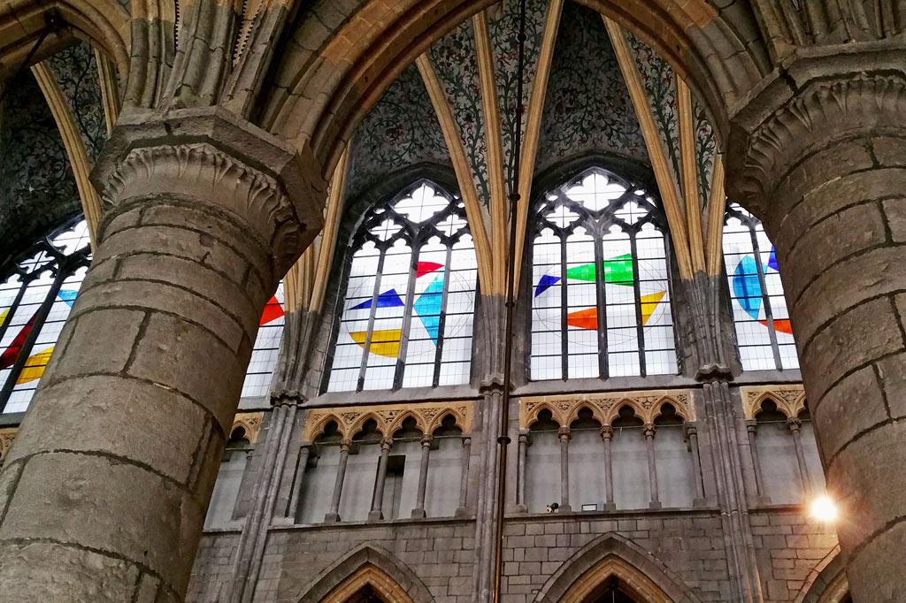 5 Tipps für deinen Stadtrundgang durch Lüttich (Teil 2): Moderne Kirchenfenster mit geometrischer Verzierung in Lüttichs Kathedrale, einem der herausragenden Monumente der Altstadt. Neben klassischen Bauten und Jugendstil-Zeugnissen setzen diese Fenster einen eigenen, sehr zurückhaltenden künstlerischen Akzent.