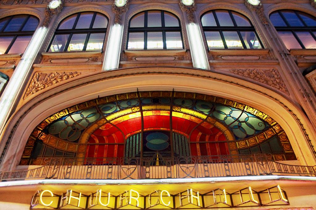 5 Tipps für deinen Stadtrundgang durch Lüttich (Teil 2): prächtig illuminierte Art-déco-Fassade als Kino-Entrée im Herzen der Altstadt.