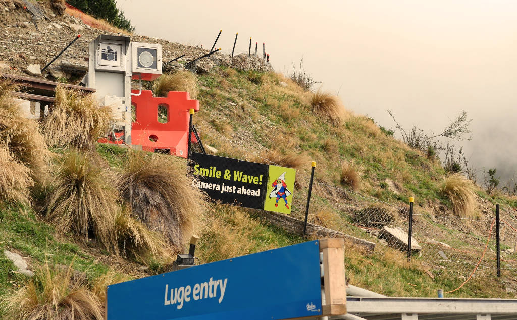 Fotoapparat auf einem Abhang des Bob's Peak bei Queenstown.