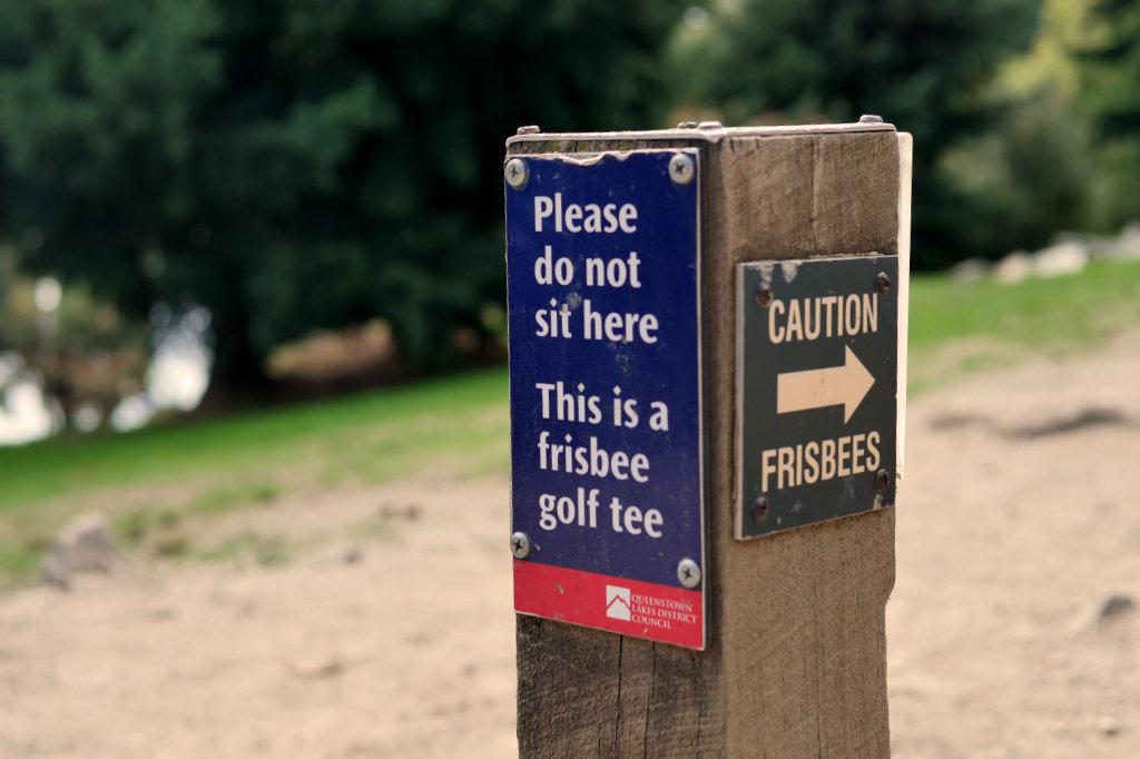 Warnschild vor Frisbee Golf in Queenstown.