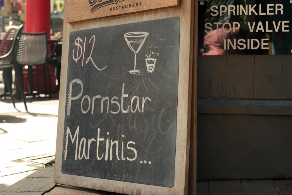 Werbung in der Mall von Queenstow mit der Aufschrift: Pornstar Martinis für 12 Dollar.
