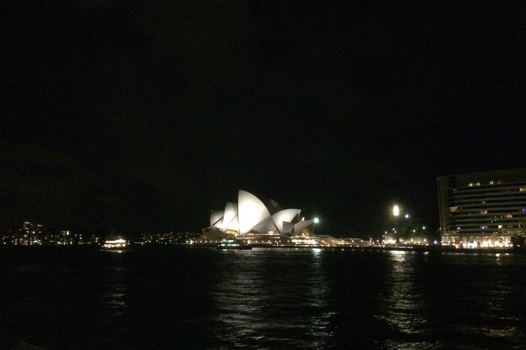 Opernhaus bei Nacht.