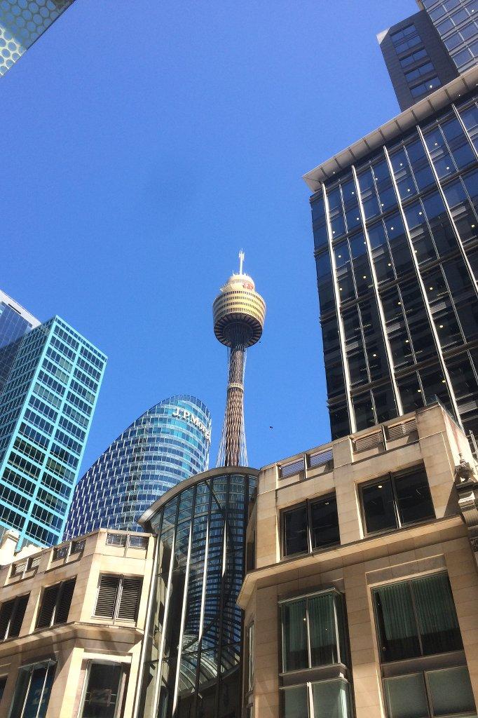 Der Sydney Tower Eye umgeben von Hochhäusern.