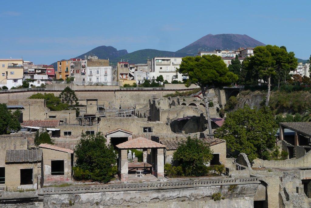 Panorama-Aufnahme von Herculaneum mit dem Vesuv im Hintergrund.