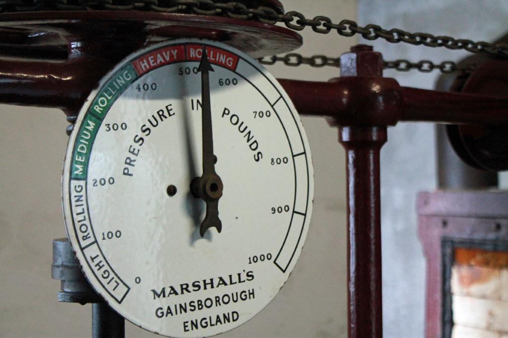 Zum Tee auf die Azoren-Inseln: Druckanzeige einer englischen Maschine zum Rollen von Teeblättern. Nach dem Welken, das von dem Wetter mit moderaten Temperaturschwankungen profitiert, ist das Rollen der zweite Arbeitsschritt, der auf die Ernte in den Teeplantagen folgt.