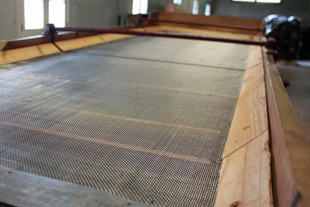 Zum Tee auf die Azoren-Inseln: Maschine zum Aussieben verschiedener Qualitätsstufen der verarbeiteten Teeblätter – der letzte Arbeitsschritt nach der Ankunft der Blätter aus den Teeplantagen.