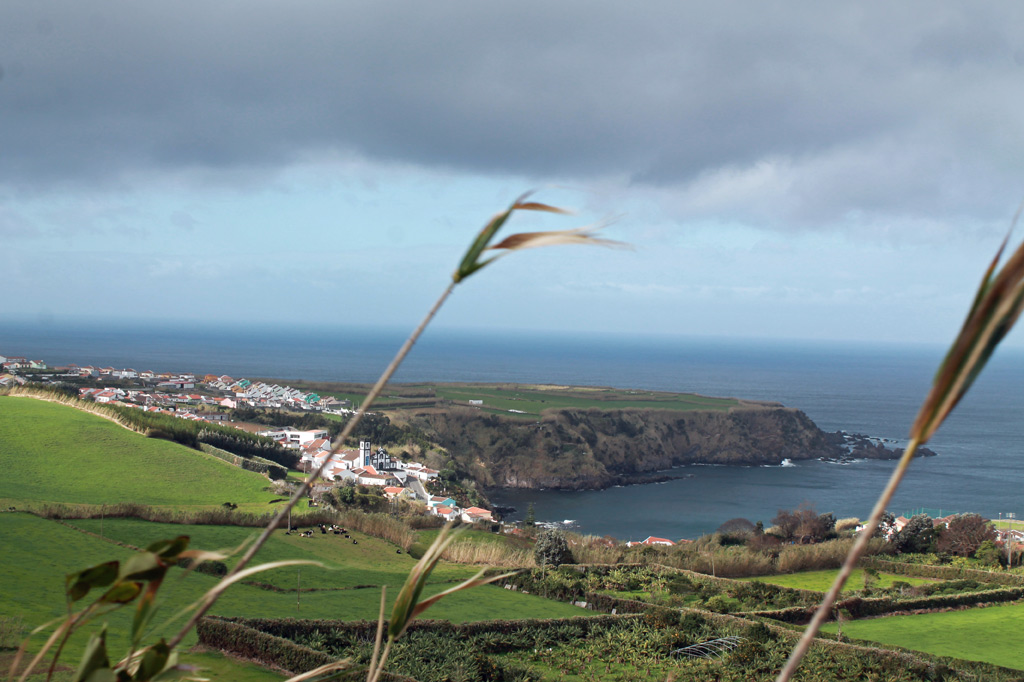 Blick über Gartenlandschaft und Steilküste bei Porto Formoso – ein attraktives Setting für die Teeplantagen, auch wenn das Wetter mal nicht so gut ist.