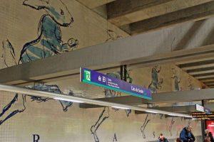 Lissabon Tipp: Mit der Metro zu den Azulejos Kacheln: Rennende Hasen als Wanddekor einer U-Bahnstation