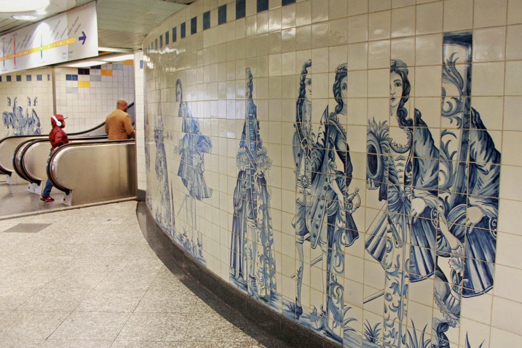 Lissabon Tipp: Mit der Metro zu den Azulejos Kacheln: Versetzte Barock-Figuren des Künstlers Eduardo Nery am U-Bahnhof Campo Grande machen aus unbeabsichtigt verschobenen Darstellungen an manchen historischen Azulejos-Gemälden ein eigenes Kunstmotiv.