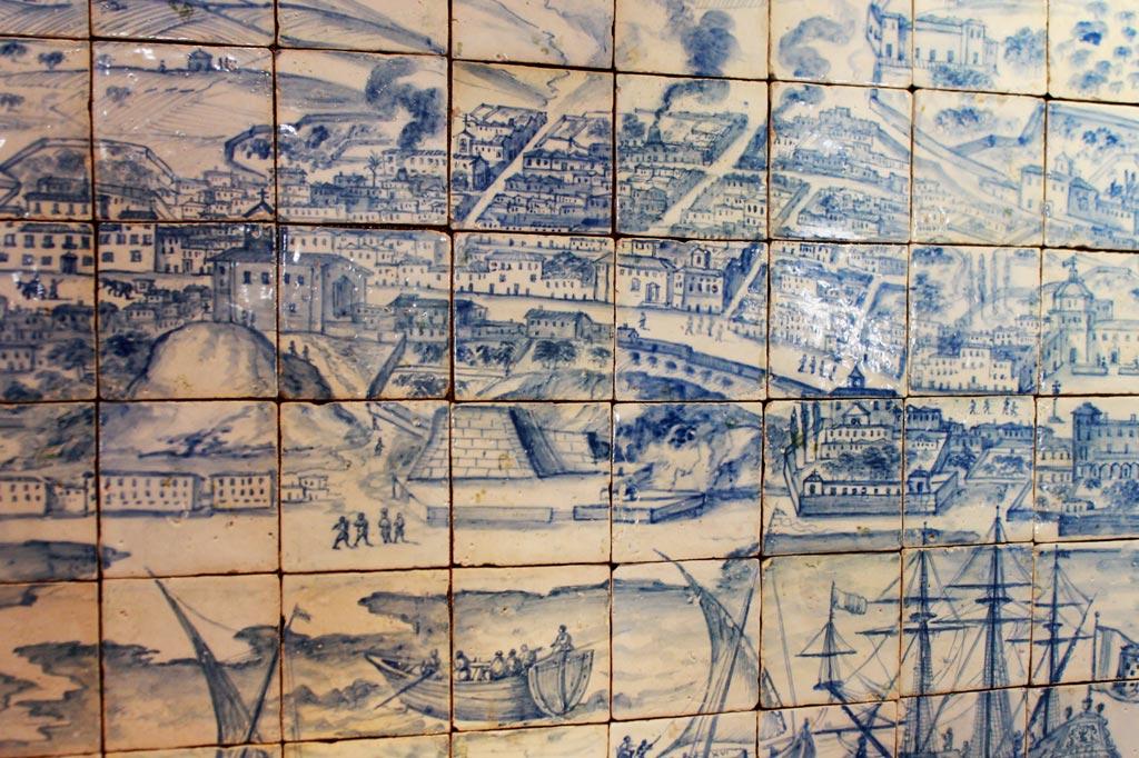 Lissabon Tipp: Mit der Metro zu den Azulejos Kacheln: Große konische Schlote mit Rauchfahnen im Azulejos-Panorama von Lissabon kennzeichnen ehemalige Keramikfabriken im Stadtviertel Mocambo bzw. Madragoa.