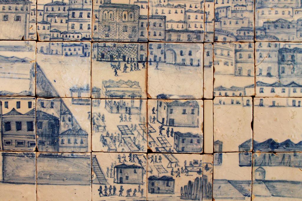 Lissabon Tipp: Mit der Metro zu den Azulejos Kacheln: Die Stände des Mercado da Ribeira lagen gleich am Flussufer. Laut der Darstellung des Azulejos-Panorama von Lissabon war er gut besucht.