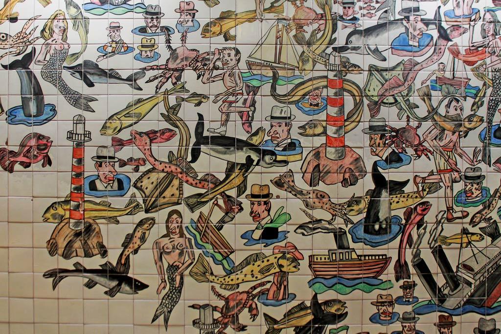 Lissabon Tipp: Mit der Metro zu den Azulejos Kacheln: Wimmelbild von Antonio Seguí in der Metrostation Oriente
