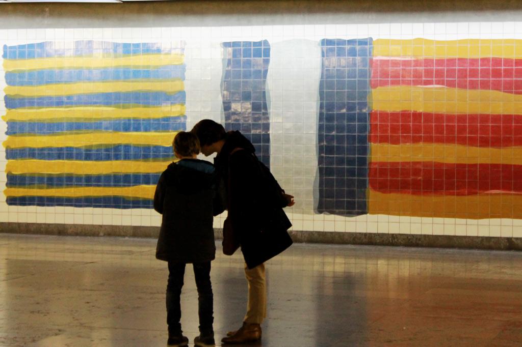 Lissabon Tipp: Mit der Metro zu den Azulejos Kacheln: Flaggen von Sean Scully in der Metrostation Oriente