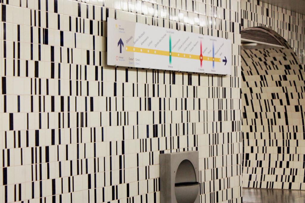 Lissabon Tipp: Mit der Metro zu den Azulejos Kacheln: Die Idee der geometrischen Verzierung – hier eine Azulejos-Dekoration in Schwarz-Weiss in der Metrostation Saldanha – geht auf die Künstlerin Maria Keil zurück.