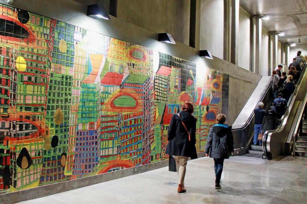 Lissabon Tipp: Mit der Metro zu den Azulejos Kacheln: Buntes Architekturbild von Friedensreich Hundertwasser.