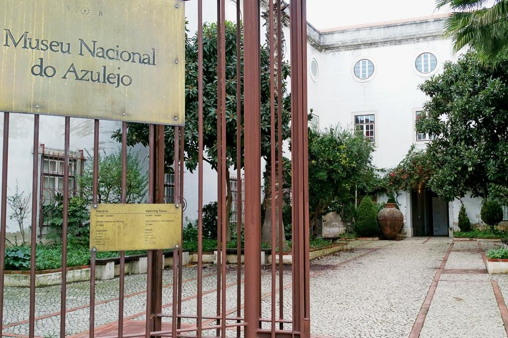 Lissabon Tipp: Mit der Metro zu den Azulejos Kacheln: Eingang zum Museu Nacional do Azulejo, das die Geschichte der Azulejos in Portugal bis ins frühe 20. Jahrhundert nacherzählt.