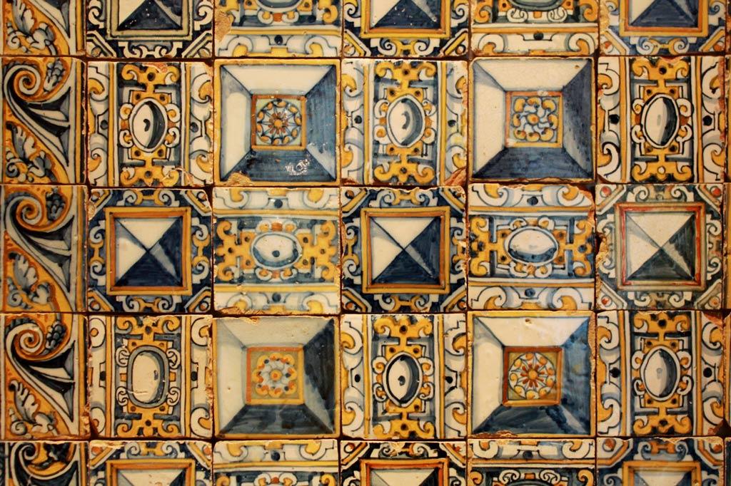Lissabon Tipp: Mit der Metro zu den Azulejos Kacheln: Geometrisch verzierte Azulejos aus einer Kirche.