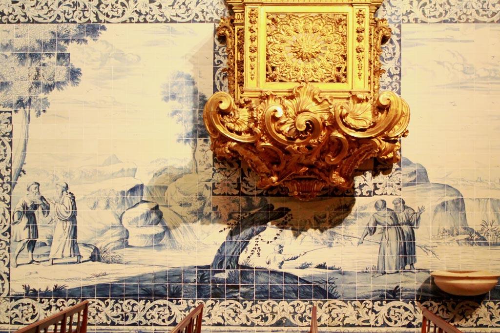 Lissabon Tipp: Mit der Metro zu den Azulejos Kacheln: Szenen aus dem Leben des Heiligen Franziskus als Azulejos-Gemälde in der großen Barockkapelle des Klosters Madre de Deus.
