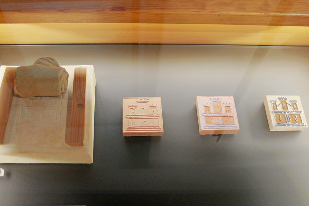 Lissabon Tipp: Mit der Metro zu den Azulejos Kacheln: In der Frühzeit der Azulejos wird das Motiv durch Abformung von Patrizen als Relief kopiert und anschließend eingefärbt, Bildfeld für Bildfeld.