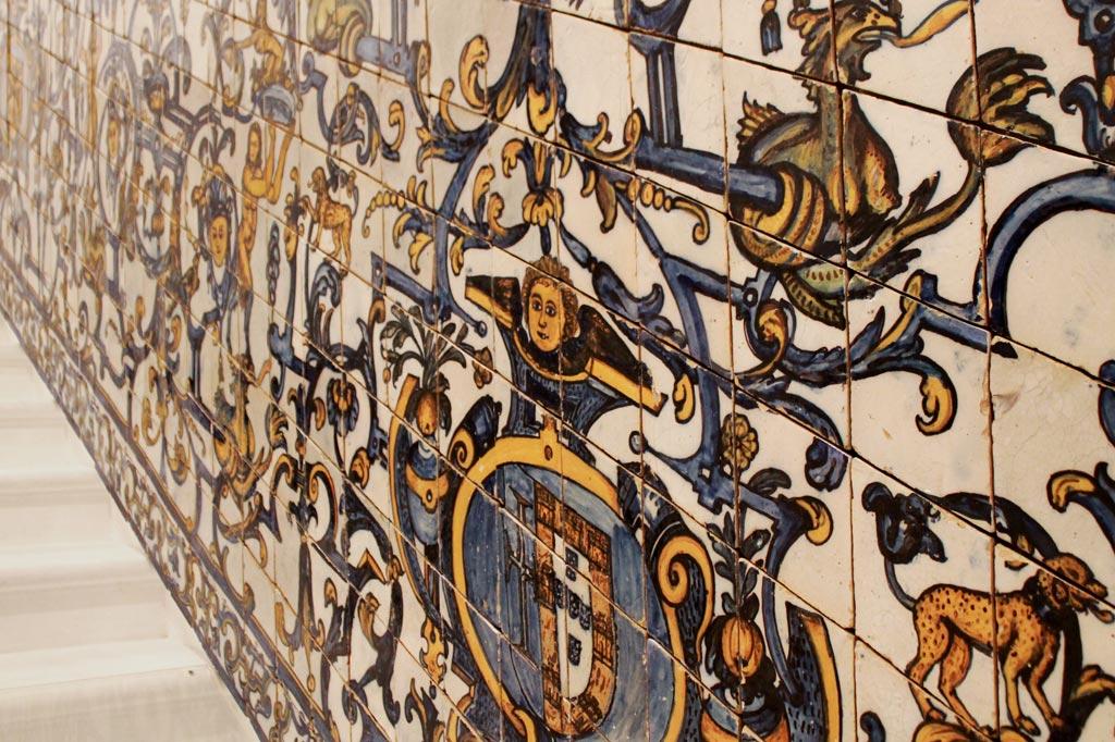 Lissabon Tipp: Mit der Metro zu den Azulejos Kacheln: Dieser Treppenfries mit Grotesken verrät den Geschmack des portugiesischen Adels. Neben kirchlichen Themen waren auch satirische Darstellungen, mythologische Geschichten und Jagdszenen beliebt.