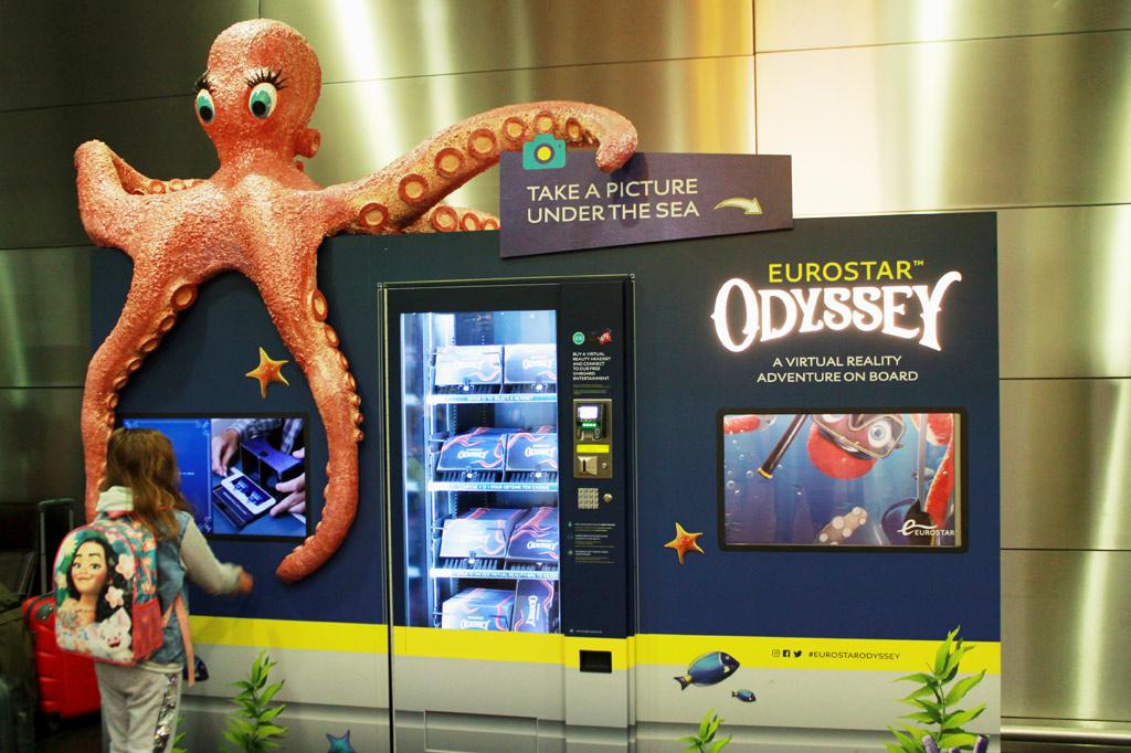 Zugreise nach London: 5 Gründe für den Eurostar – Automat mit einem Computerspiel mit Unterwasser-Animationen für Kinder im Eurostar-Wartesaal von St. Pancras in London