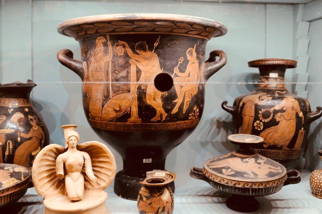 Eine Vitrine mit rotfigurigen Vasen aus dem antiken Griechenland im Museum Jatta, dem Apulien Tipp Nummer 9.