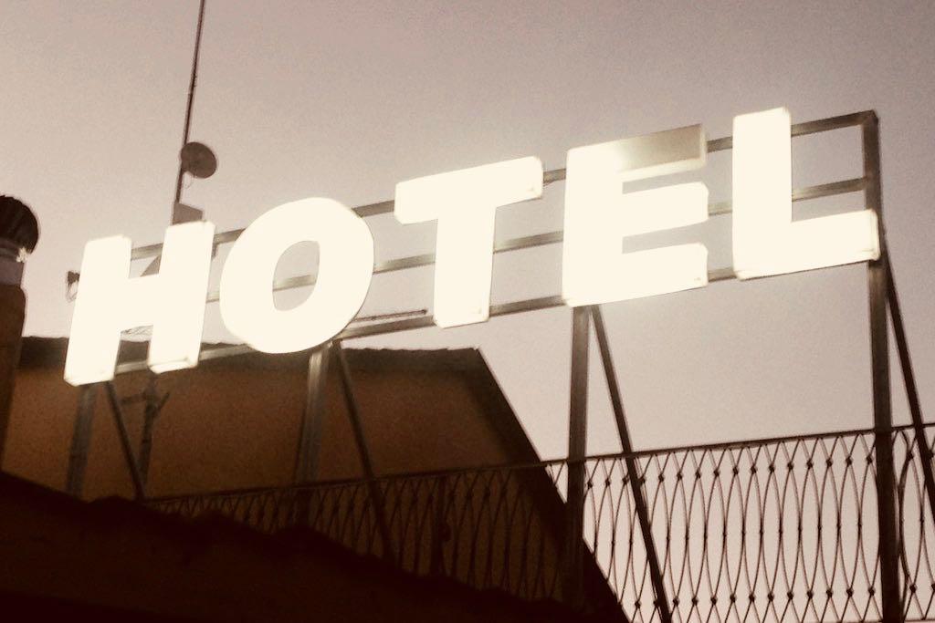 Eine Leuchtreklame mit dem Schriftzug: Hotel.