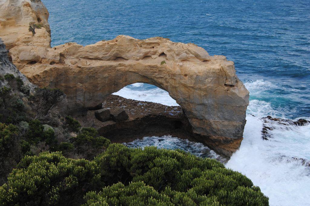 Blasloch an der Küste Australiens.
