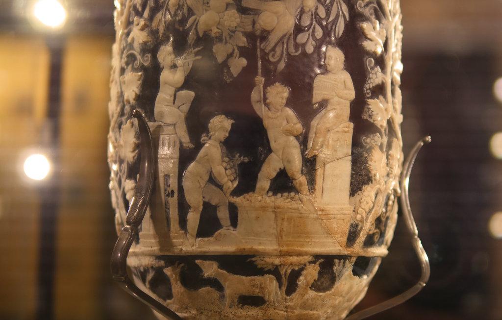 Eine Vase aus blauem Glas mit weißen Figuren und Weinranken verziert ist ein weiteres Highlight aus dem archäologischen Nationalmuseum Neapel.