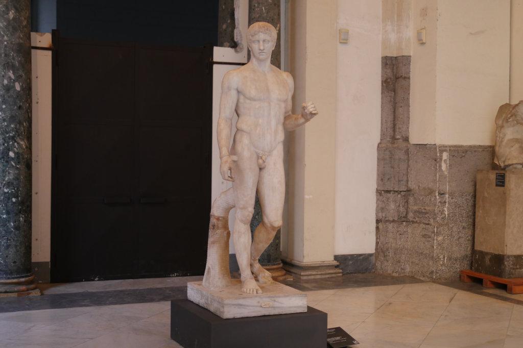Marmorskultpur eines Mannes aus dem Archäologischen Nationalmuseum Neapel.