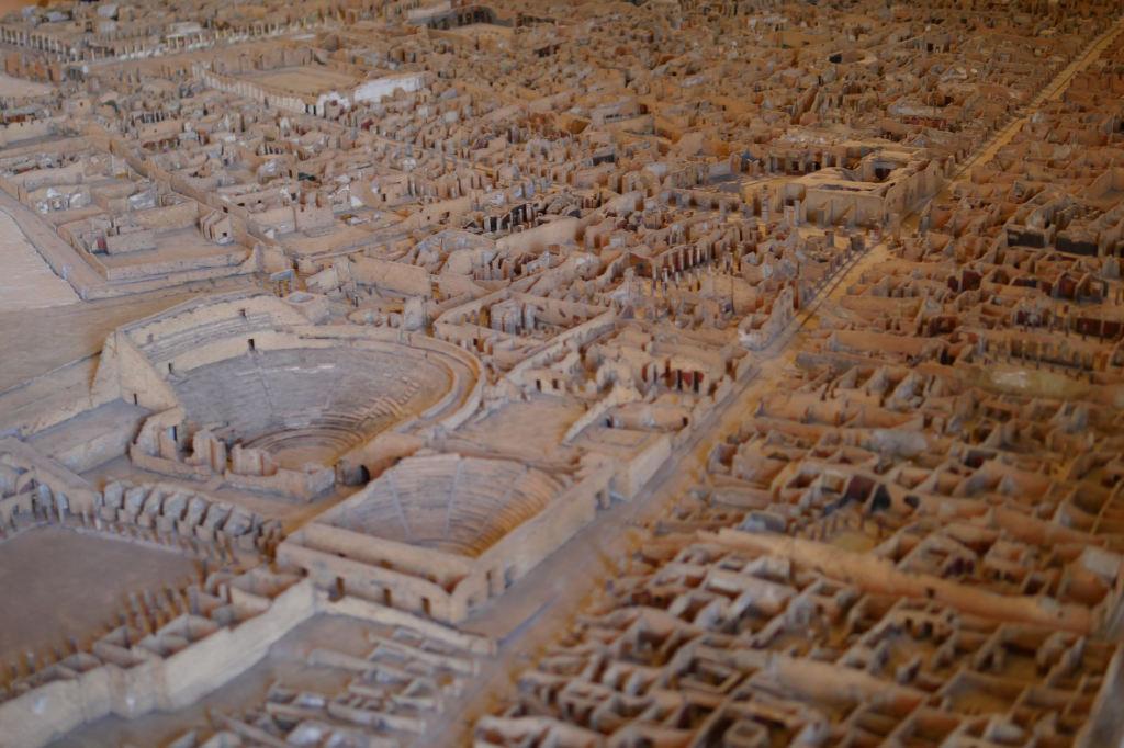 Modell der Ausgrabung in Pompeji. Im Vordergrund das Amphitheater.