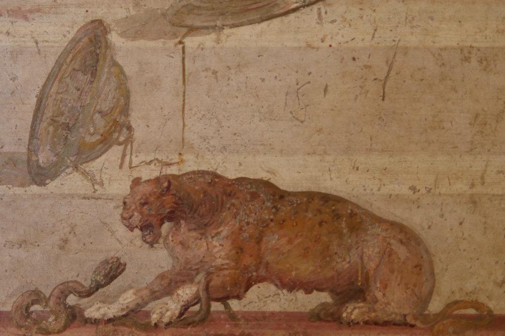 Fresko mit einer Löwin und einer Schlange.