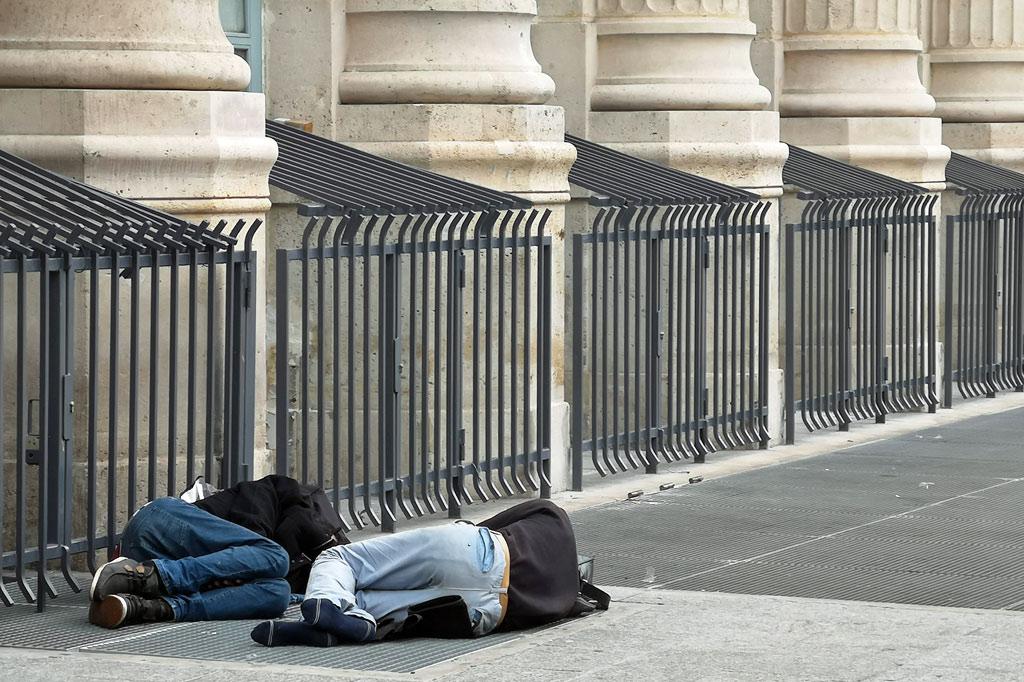 Tagesausflug: Mal eben im Thalys nach Paris – Zwei schlafende Obdachlose vor der klassizistischen Fassade des Gare du Nord
