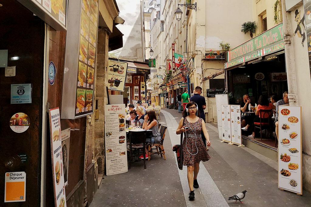 Tagesausflug: Mal eben im Thalys nach Paris – Straßenszene in der Rue de la Huchette, Paris