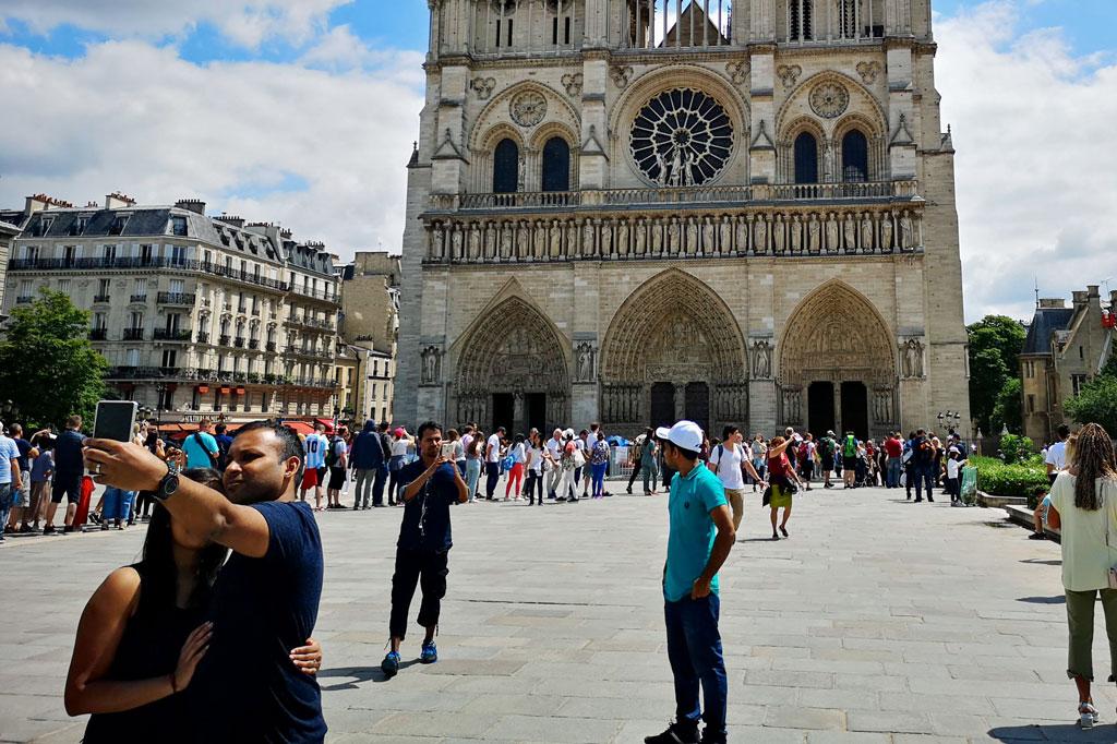 Tagesausflug: Mal eben im Thalys nach Paris – Ein Paar macht ein Selfie vor Notre-Dame