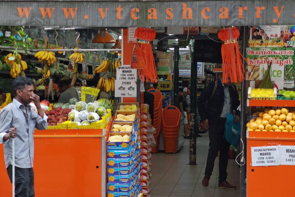 """Tagesausflug: Mal eben im Thalys nach Paris – Auslage mit exotischen Früchten vor einem der indischen Supermärkte in """"Little India"""""""