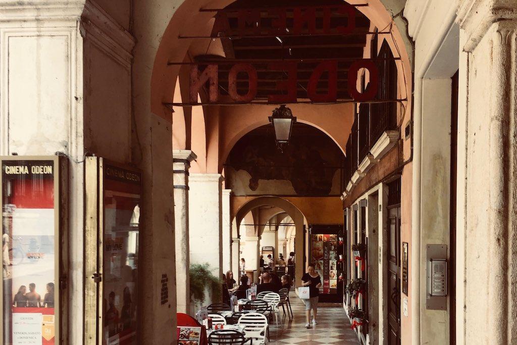 Blick in eine schattige Bogenarkade im Zentrum von Vicenza.