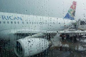 Nachhaltig reisen – ein Masterplan – Flugzeug hinter Regenscheibe