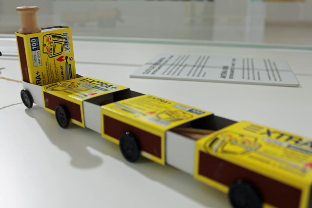 Nachhaltig reisen – ein Masterplan – Eine Spielzeugbahn aus Streichholzschachteln